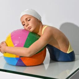 Miniature Brooke with Beach Ball - FEUERMAN CAROLE - Galeries Bartoux